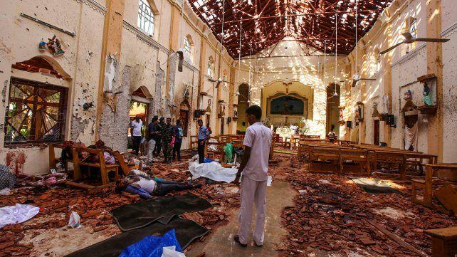 Brutal. Cadáveres en el piso de la devastada iglesia de San Sebastián