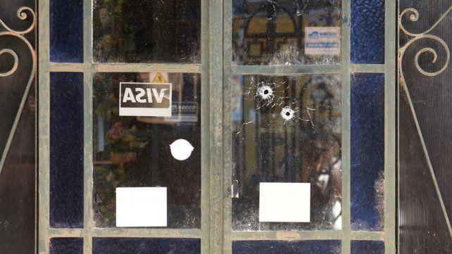 Cerrado. Unos 15 tiros impactaron contra el frente del bar Alabama.