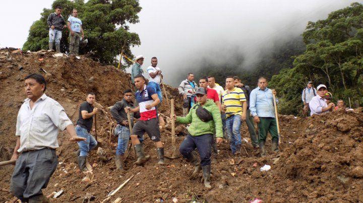 Rosas. Las fuertes lluvias provocaron el deslizamiento. Hay ocho casas arrasadas y unos 30 desaparecidos.