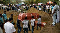 Funeral. Sepultura de miembros de una familia muertos en la Iglesia de San.Sebastián, en Negombo.
