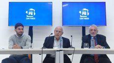 Enojado. El gobernador Miguel Lifschitz, ayer, en conferencia de prensa, flanqueado por sus ministros de Seguridad y de Justicia.
