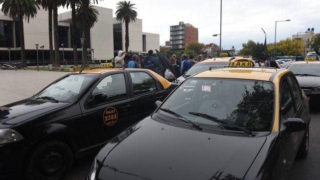Protesta. Un grupo de taxistas se manifestó ayer ante las puertas del nuevo Centro de Justicia Penal