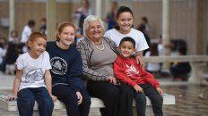 Abuela feliz. Vicenta Nati Placente, ayer, junto a algunos de sus bisnietos, también alumnos de la Arzeno, en la escuela de la que egresó en 1937.