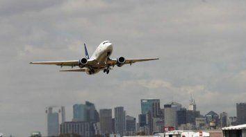 Dos aviones casi chocan en vuelo y hubo insultos al por mayor