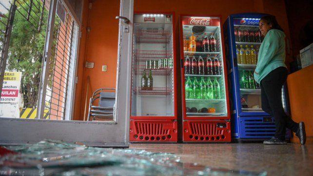 Cristales destruidos y conservadora de bebida saqueada, el panorama en la pizzería.