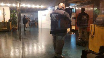 Personal de la Policía de Investigaciones trabaja en el Centro Cultural Fontanarrosa donde fue hallada el arma.