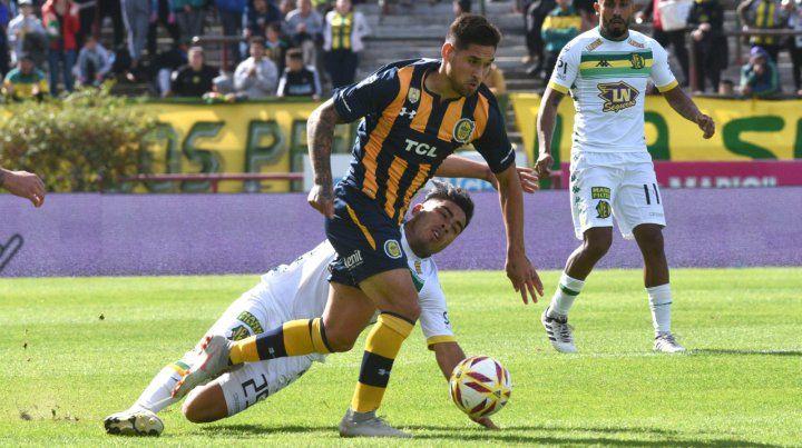 Continuidad. Villagra intenta darle salida al equipo en el partido ante Aldosivi. El juvenil recibió el respaldo del entrenador.