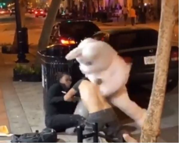 Un conejo de Pascua terminó a las piñas con un hombre que agredió a una mujer en la calle