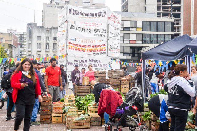 Masiva concurrencia a la Feria Rosarina libre de Inflación en plaza Montenegro