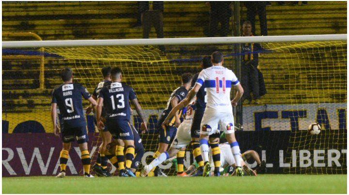 Ledesma no logra contener el remate de Fuentes y es gol de la Católica.