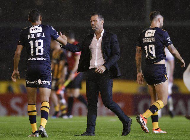 Cocca saluda a Molina tras la finalización del partido