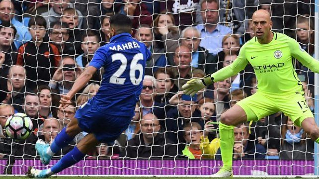 Ejecutó un penal con ambas piernas, terminó en gol pero el VAR lo terminó anulando