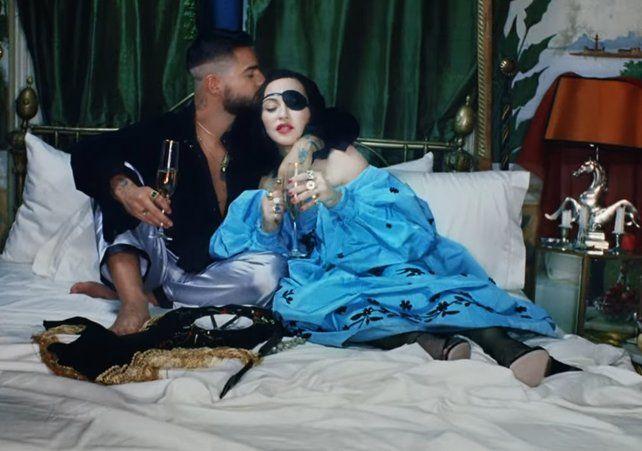 Madonna besa en la boca y en los pies a Maluma