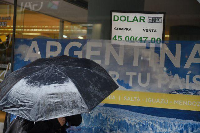El riesgo país pasó los 1.000 puntos y el dólar pegó un salto hasta rozar los 47 pesos en la apertura