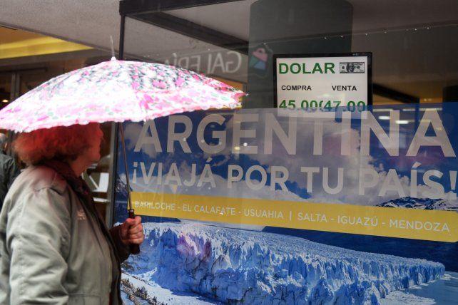 El dólar frenó su suba y se acomoda por encima de los 46 pesos