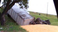 El camión quedó en la colectora del Acceso Sur y Uriburu. (Foto:@emergenciasAR)