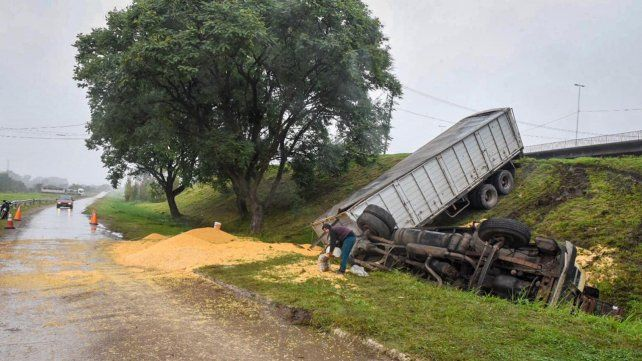 Un camionero perdió el control y volcó en el Acceso Sur
