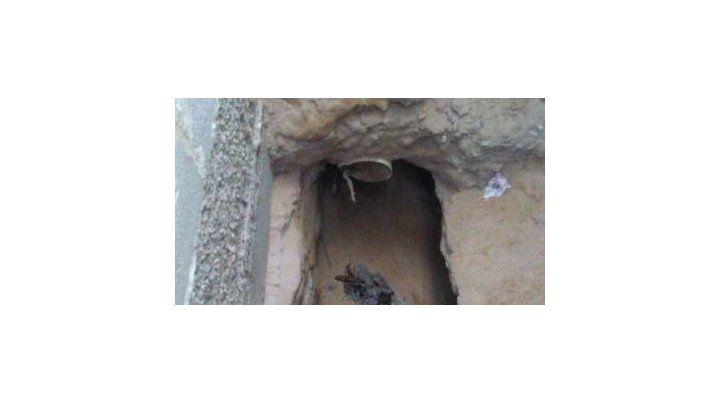 El pozo que cavó el hombre y donde estuvo tratando de espiar a su expareja.