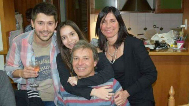 Fabricio Cervigni y su familia. Su hijo mayor se enteró de la tragedia cuando estaba por viajar a Europa.