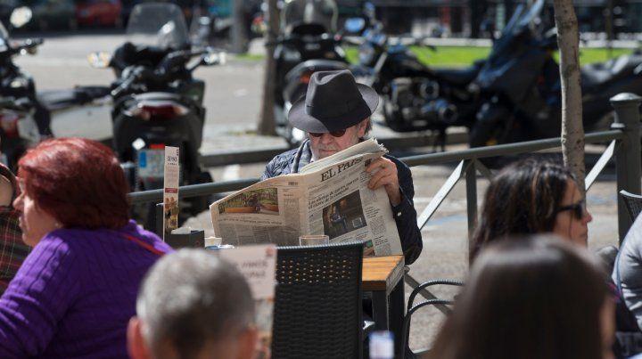 Tregua. Ayer los madrileños gozaban del sol y la lectura en la víspera de las elecciones.
