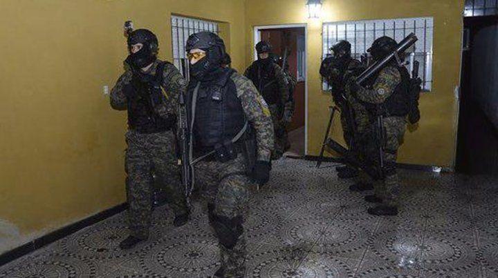 Pertrechados. Al menos 200 efectivos llevaron adelante los operativos de ayer en unos 40 domicilios.