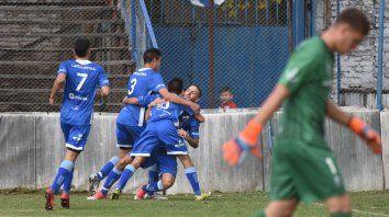 Gran festejo. Facundo Camafreita marcó el primero y sus compañeros lo felicitan.