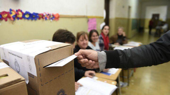 Ya se vota en las escuelas de la provincia en una elección primaria con proyección nacional