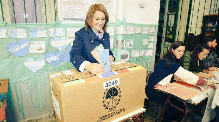 Mónica Fein vota en la escuela de Italia al 2200.