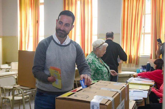 Sukerman fue a votar acompañado de su esposa y sus hijas.