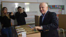 El gobernador votó en la escuela donde cursó la primaria.