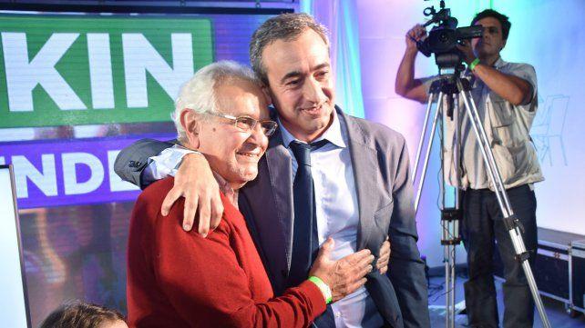 Abrazo al hijo. Pablo Javkin con su padre