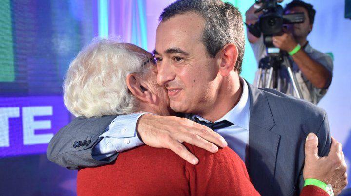 El candidato a intendente Pablo Javkin se fundió en un emotivo abrazo con su padre