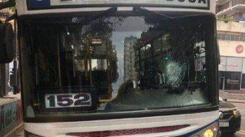Un colectivo fue apedreado en la ciudad de Buenos Aires y hubo dos detenidos.