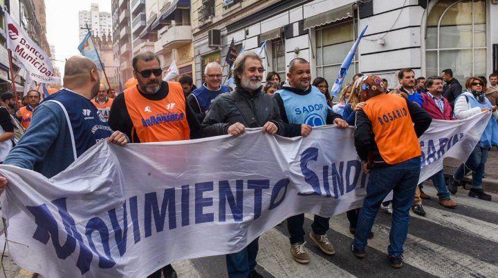 Los gremios machan por las calles del centro en dirección a la Bolsa de Comercio.