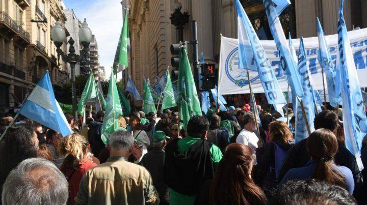 Masiva manifestación contra el gobierno nacional frente a la sede de la Bolsa de Comercio