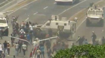 un tanque militar atropello a manifestantes en venezuela
