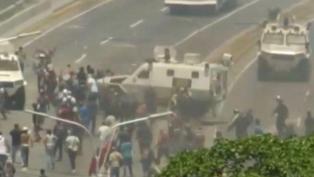 Un tanque militar atropelló a manifestantes en Venezuela