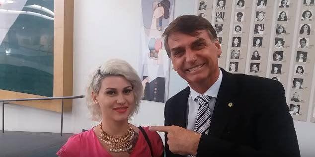 Sara Winter con Jair Bolsonaro, el presidente de Brasil.