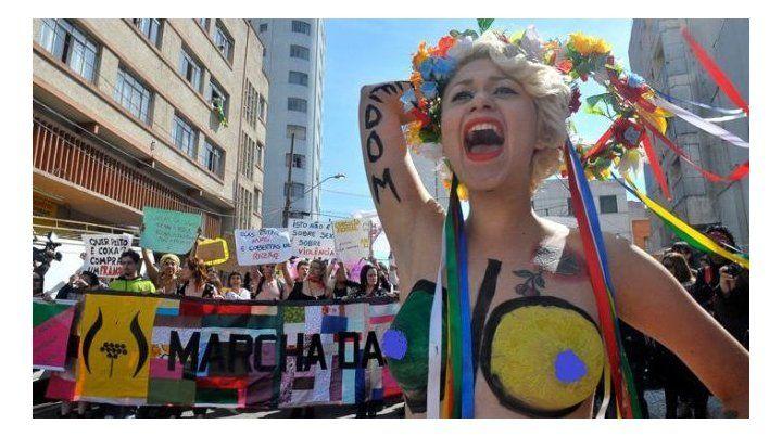 Una mediática brasileña acusada de neonazi disertará en un colegio católico
