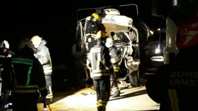 Bomberos Voluntarios de Armostrong y Tortugas trabajan par rescatar a uno de los choferes.