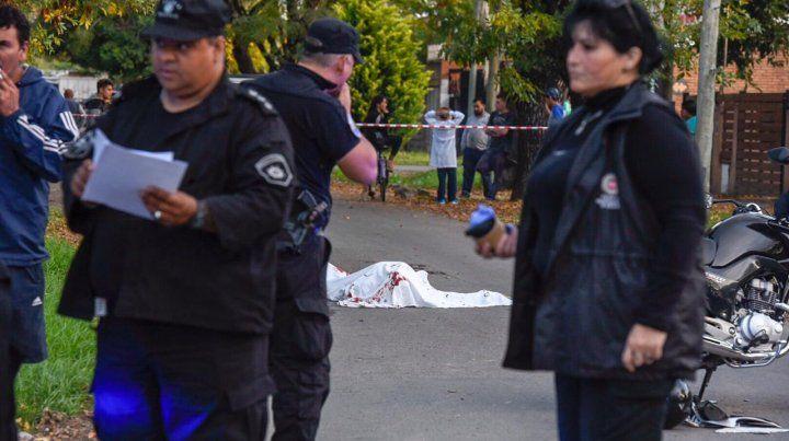 La víctima fue encerrado por un auto cuando circulaba en moto y luego acribillado a balazos.