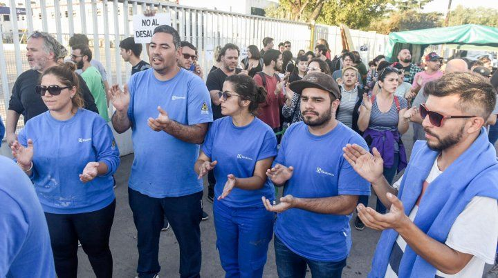 Trabajadores despedidos de Electrolux denuncian amenaza de desalojo