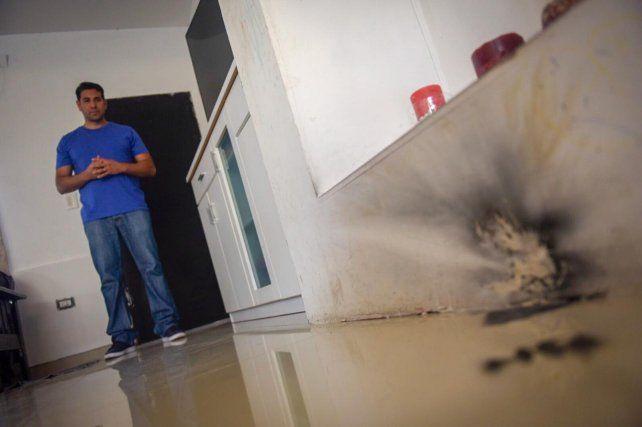 Aguirre en su casa. La Federal irrumpió causando daños y mucho temor.