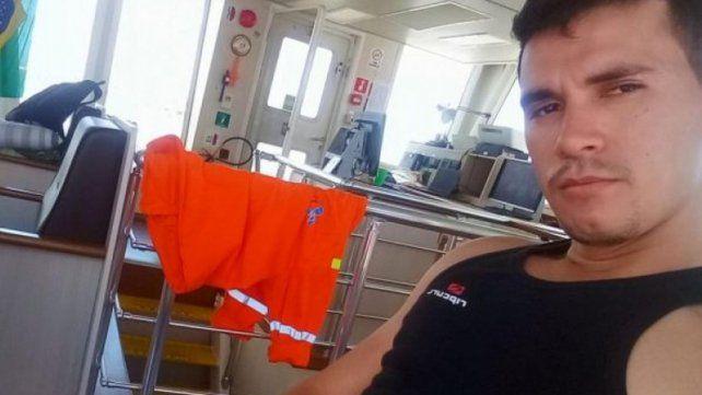 Compromiso. La compañía naviera acompaña a los familiares en las tareas para rescatar a Diego Gómez.