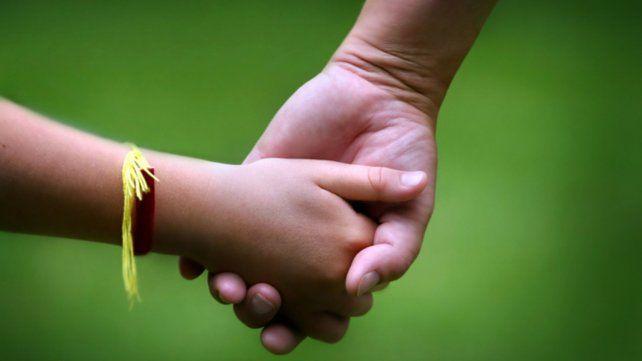De la mano. Otorgaron esta semana la adopción plena de una adolescente de 13 años.