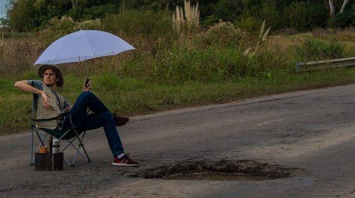 Pasó un día de camping junto a un pozo en una ruta para reclamar su arreglo