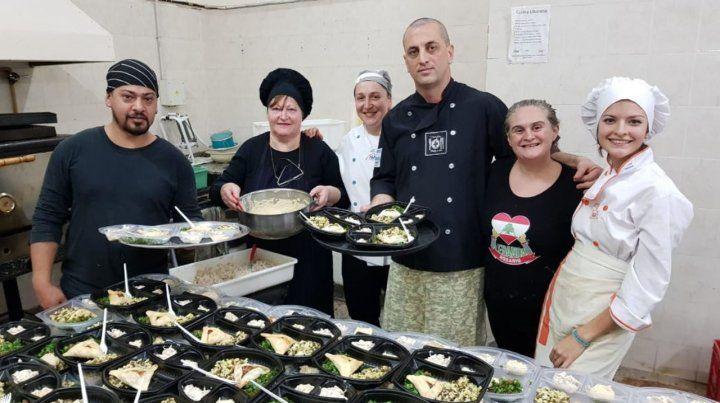 El equipo. En la Fiesta Nacional de Colectividades preparan más mil porciones de shawarma por noche.