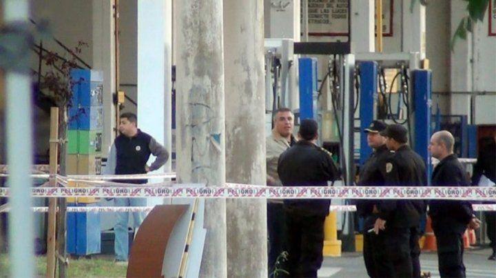 En el lugar. Policías e investigadores en la estación de servicios del centro de Casilda donde ocurrió el crimen.