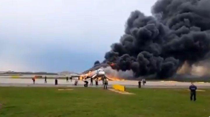 Al menos un muerto y varios heridos tras incendiarse un avión en Moscú