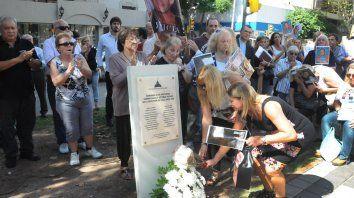 Todos los nombres. Familiares de las víctimas fatales de Salta 2141 inauguraron en abril de 2014 el memorial que permanece en el bulevar Oroño.
